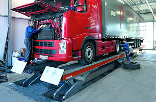 Example of in-ground semi scissor lift with Semi-Trailer lifted into halfway position